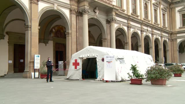 pre-triage emergency room of santa maria nuova hospital in florence with a health worker and a security guard with surgical masks. - italien stock-videos und b-roll-filmmaterial