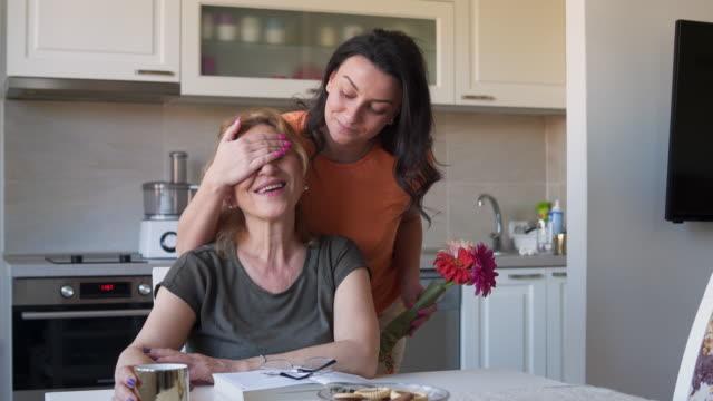vídeos de stock, filmes e b-roll de flor mais bonita para a mãe mais bonita - surpresa