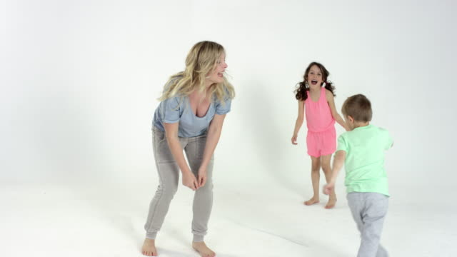 vídeos de stock e filmes b-roll de pretty blonde mother and her two cute kids having great fun - plano geral
