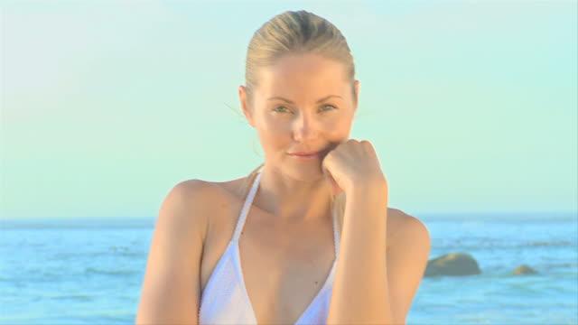 vídeos de stock, filmes e b-roll de pretty blonde woman posing / cape town, western cape, south africa - só mulheres jovens