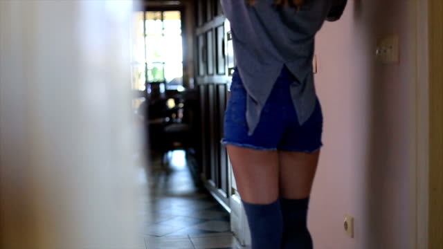 stockvideo's en b-roll-footage met mooi meisje in denim shorts - korte broek