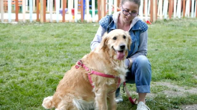 Hübsches Mädchen spielen mit ihr Festhalten Golden retriever Hund