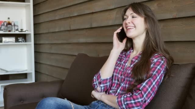 jolie fille parler sur smartphone
