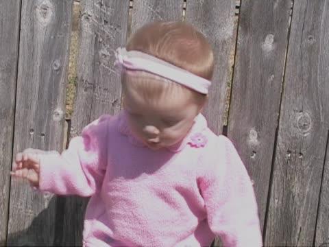 pretty in pink - endast en pojkbaby bildbanksvideor och videomaterial från bakom kulisserna