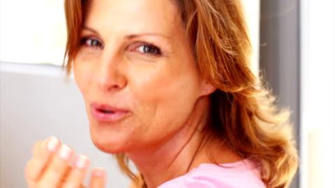 pretty mature lady blowing a kiss - 美麗的女人 個影片檔及 b 捲影像