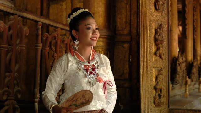 伝統的なミャンマーの衣装でかなりミャンマーの女性 - ミャンマー点の映像素材/bロール