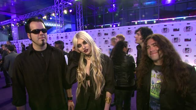 pretty reckless, taylor momsen on the emas, playing at the party and working with madonna . - 2010 個影片檔及 b 捲影像