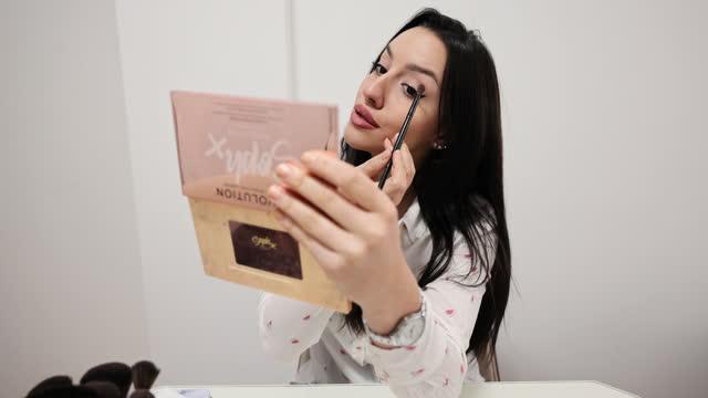 vídeos de stock, filmes e b-roll de tutorial de maquiagem de vlogger adolescente bonito - só uma adolescente menina