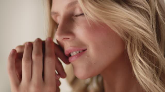 vidéos et rushes de jolie femme caressant ses mains lisses et douces - bien être