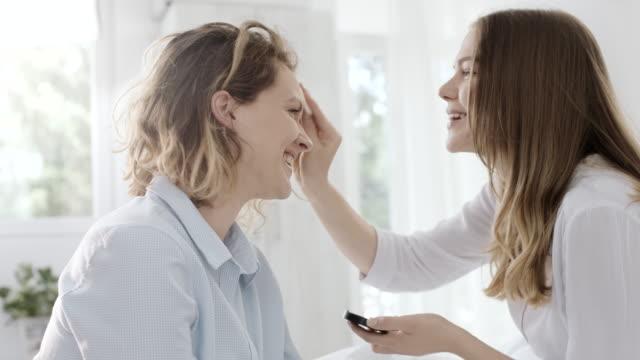 vidéos et rushes de jolie femme faire faire à son ami - soeur