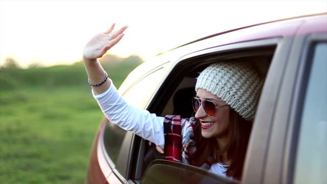 vídeos de stock e filmes b-roll de mulher bonita no carro - enfeites para a cabeça