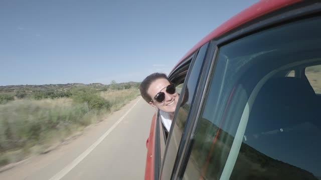 vídeos y material grabado en eventos de stock de pretty woman peeking out the window of a moving car. - echar un vistazo
