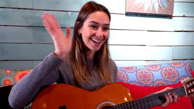 pretty woman spielt gitarre für internet-blog - digitalkamera bildschirm stock-videos und b-roll-filmmaterial