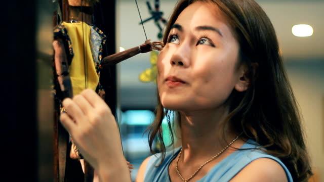 美しい女性が、人形劇 - マリオネット点の映像素材/bロール