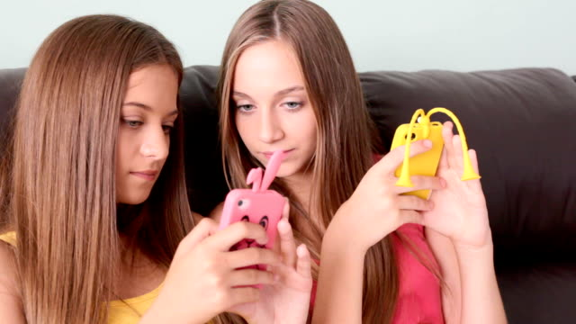 hübsche junge mädchen am telefon - teenager alter stock-videos und b-roll-filmmaterial