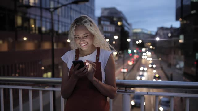 pretty young woman typing message on smartphone, london, uk - 20 24 years stock videos & royalty-free footage