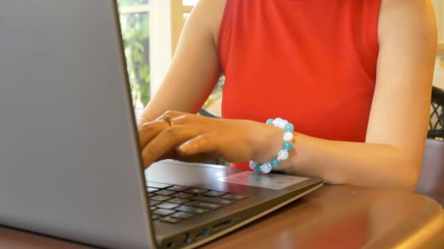 vídeos de stock e filmes b-roll de bonita jovem usando um computador portátil no café de trabalho. - usar portátil