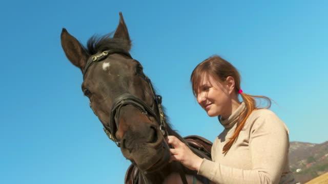 HD: Jolie jeune femme avec un cheval