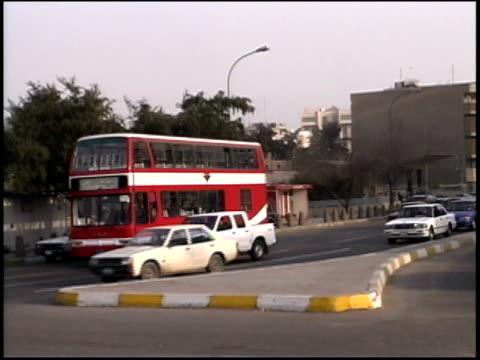 stockvideo's en b-roll-footage met prewar iraq / la saddam hussein statue / ws street scenes / iraq - passagiersstoel