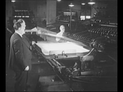 vidéos et rushes de price administrator leon henderson and other man watch government printing office printing press print large sheets of paper man takes a sheet off... - imprimerie