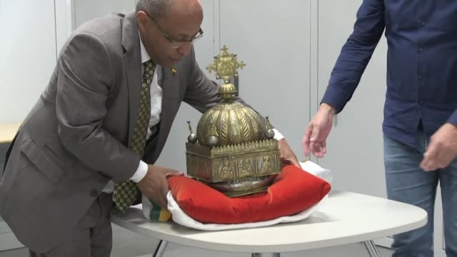 a priceless 18th century ethiopian crown is set to be returned from the netherlands to addis ababa after a one time refugee found it in a suitcase... - horn von afrika stock-videos und b-roll-filmmaterial
