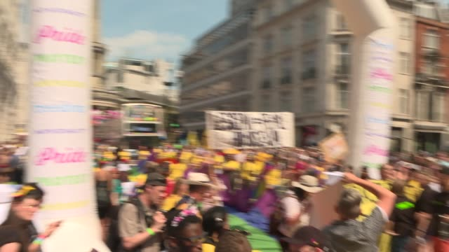 vidéos et rushes de march through central london england london regent street people with large rainbow flag / antitrans protesters holding 'lesbian not queer' placards... - trans