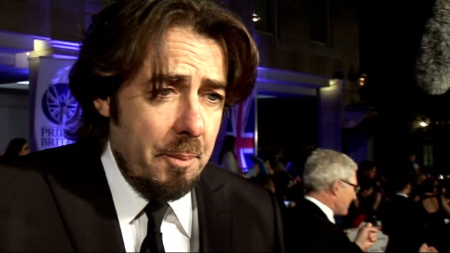 vídeos de stock, filmes e b-roll de red carpet arrivals and interviews jonathan ross interview sot first time has been able to come to these awards normally busy working / privilege to... - jonathan ross