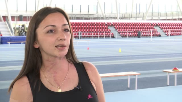 vídeos de stock, filmes e b-roll de finalist mark pattenden london int kelly jackson training on running track and interview sot/ kelly jackson and mark pattenden stand at trackside... - finalist