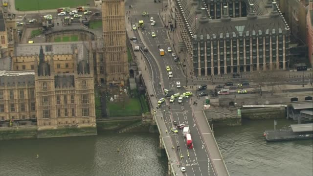 Preview LIB / TX Police vehicles blocking roads around Westminster Bridge following terror attack
