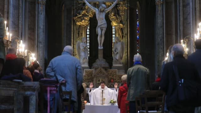 vidéos et rushes de priest addresses the faithful during all saints day mass in saint merry church on november 1, 2020 in paris, france. as part of lockdown measures to... - christianisme