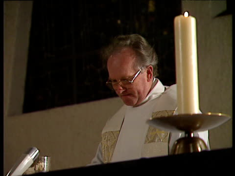 vidéos et rushes de priest praying the consecration of the mass - prêtre