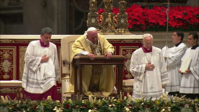 vídeos de stock e filmes b-roll de ws zo priest singing prayer in church on christmas midnight / vatican city, vatican - cara para baixo