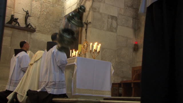 stockvideo's en b-roll-footage met priests kneel in prayer during the holy sepulchre ceremony in old town, jerusalem. - katholicisme