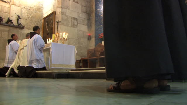 vidéos et rushes de priests pray during the holy sepulchre ceremony in old town, jerusalem. - prêtre