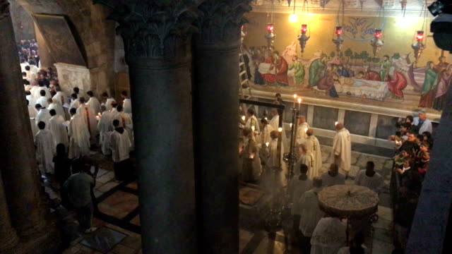 stockvideo's en b-roll-footage met priests take part in the pontifical mass and the procession of the blessed sacrament at the church of the holy sepulcher on march 29 2018 in... - bedevaart