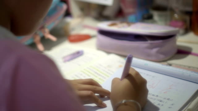 vidéos et rushes de les élèves du primaire font leurs devoirs - cartable