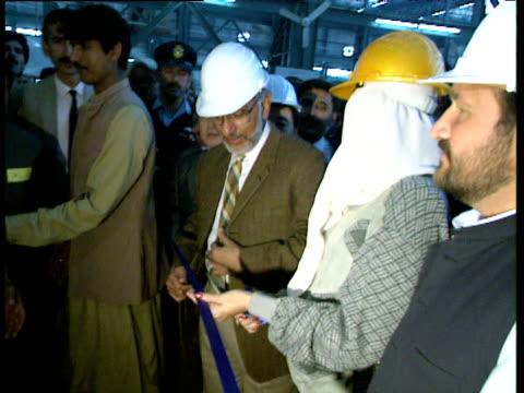 vídeos de stock, filmes e b-roll de prime minister benazir bhutto cuts ribbon to celebrate launch of first pha20 train risalpur pakistan 1993 - cortando fita