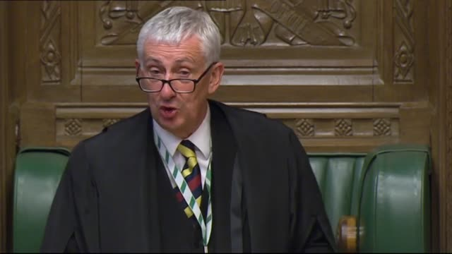 prime minister boris johnson appears to break social distancing guidelines in the house of commons at the conclusion of pmqs. mr johnson can be seen... - britisches unterhaus stock-videos und b-roll-filmmaterial