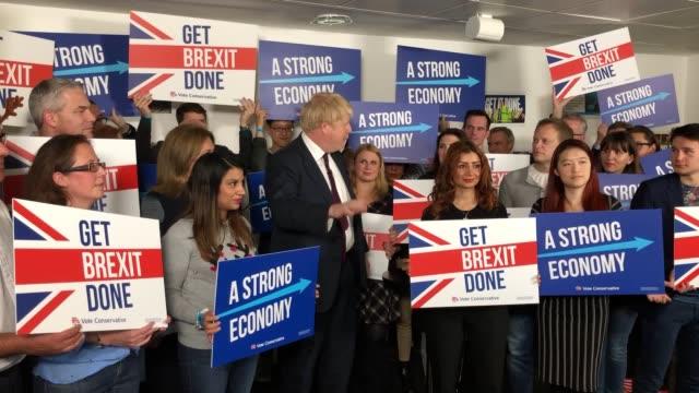 vídeos de stock e filmes b-roll de prime minister boris johnson makes a rallying speech at conservatives campaign headquarters millbank offices in london. - partido conservador britânico