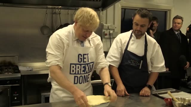 vidéos et rushes de prime minister boris johnson visits a catering firm in derby and helps make a pie on his final day of campaigning. - boris johnson