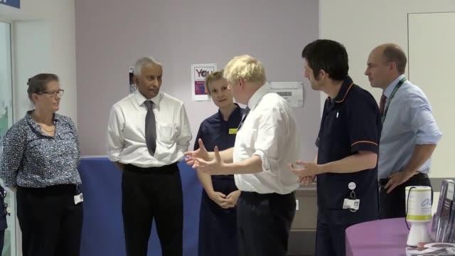 prime minister boris johnson visits the cambridge clinical research facility in addenbrooke's hospital cambridge mr johnson's visit came on the day... - 退院点の映像素材/bロール