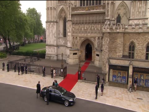 vídeos de stock, filmes e b-roll de prime minister david cameron and wife samantha arrive at westminster abbey for the royal wedding of prince william and catherine middleton - papel em casamento