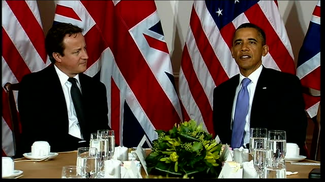 vídeos de stock, filmes e b-roll de prime minister david cameron in new york for united nations meeting photocall with barack obama usa new york int david cameron mp seated at table... - stage make up