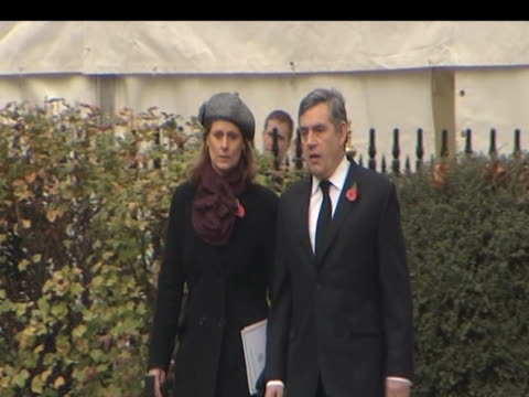 prime minister gordon brown and wife sarah brown look at crosses laid in commemoration of world war one soldiers westminster; 11 november 2009 - prime minister点の映像素材/bロール