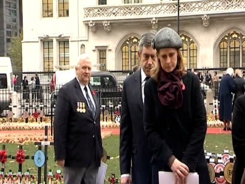 prime minister gordon brown and wife sarah brown pay their respect to world war one soldiers at memorial westminster; 11 november 2009 - prime minister点の映像素材/bロール