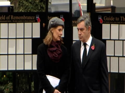 prime minister gordon brown and wife sarah brown walk through westminster abbey's field of remembrance to commemorate lives of world war one soldiers... - prime minister点の映像素材/bロール