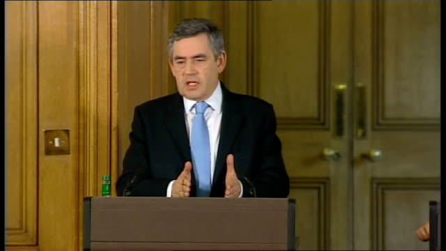 vídeos de stock e filmes b-roll de prime minister gordon brown holds monthly press conference; question - talks of britain being the only country facing a run on a bank following the... - cargo governamental