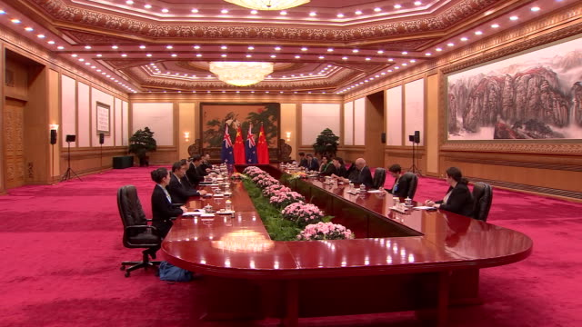 stockvideo's en b-roll-footage met prime minister jacinda ardern and chinese president xi jinping sitting down across table for bilateral meeting talks - minister president