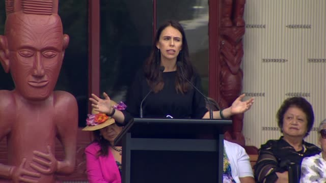 prime minister jacinda ardern making speech about the need to speak frankly about treaty of waitangi grievances at the upper marae on waitangi treaty... - baia delle isole nuova zelanda video stock e b–roll