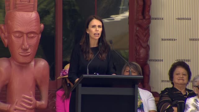 prime minister jacinda ardern making speech giving greeting in te reo māori at the upper marae on waitangi treaty grounds where she made history as... - baia delle isole nuova zelanda video stock e b–roll